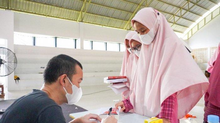 Siswi Antusias Sambut Kehadiran Penulis Novel Best Seller Tere Liye di Sekolah Putri Darul Istiqamah