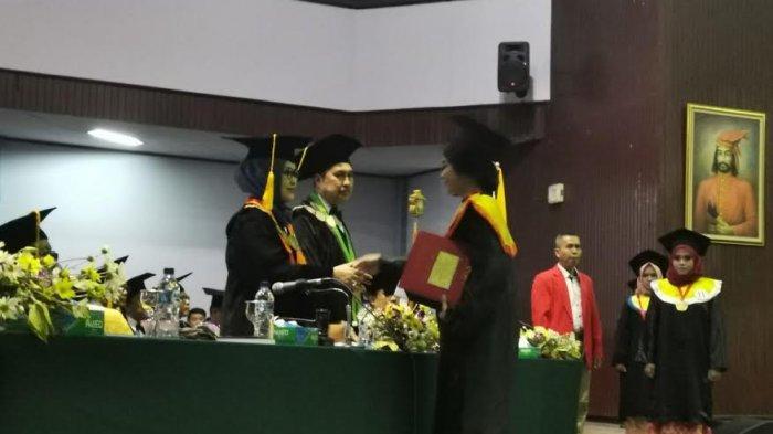 Siti Hamsinah, Putri ke-3 IAS Raih Cum Laude di Ilmu Komunikasi Unhas