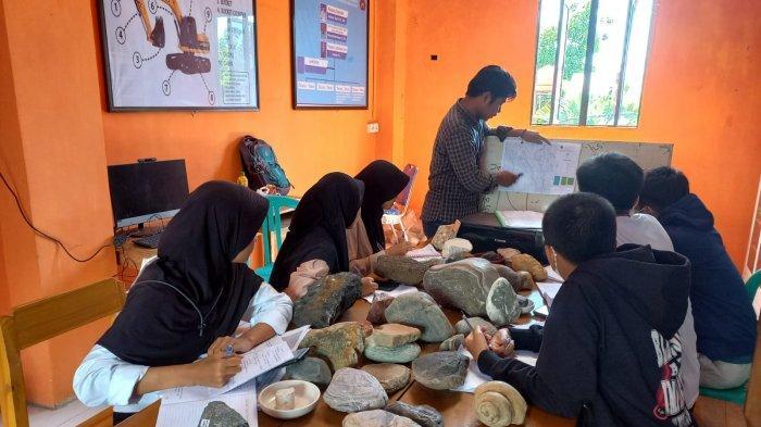 Dosen UMI Latih Siswa SMK Techno Terapan Makassar Bikin Peta Pakai GPS - QGIS