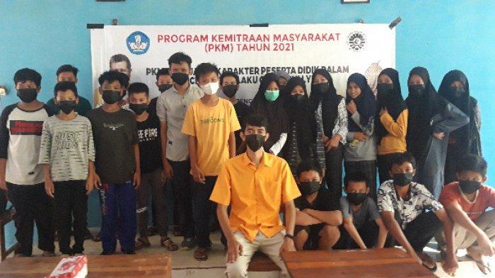 Dosen UNM, Muhammad Asriadi SPd MPd bersama dengan siswa kelas VIII SMPN 4 Satap Bungoro.