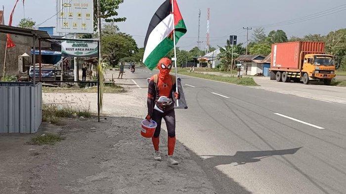 Tiga Hari Jalan Kaki Galang Dana Bantu Palestina, Spiderman Asal Pinrang Kini Sampai di Barru