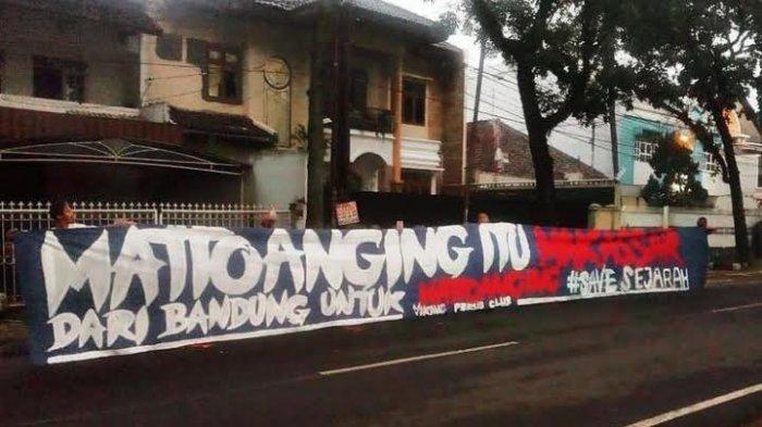 Spanduk Bangun Stadion Mattoanging Dibentangkan di Seluruh Indonesia