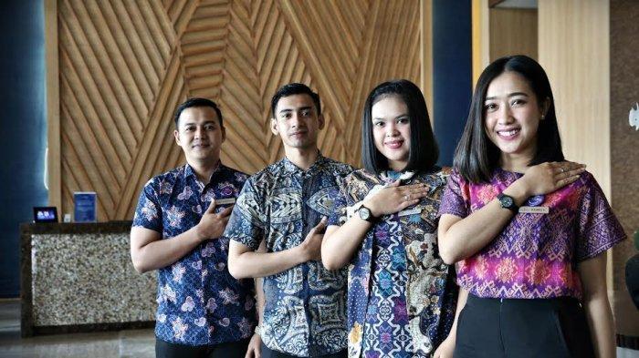 BERITA FOTO; Perayaan Hari Batik di Hotel The Rinra Makassar - staf-hotel-berpose-menggunakan-busana.jpg