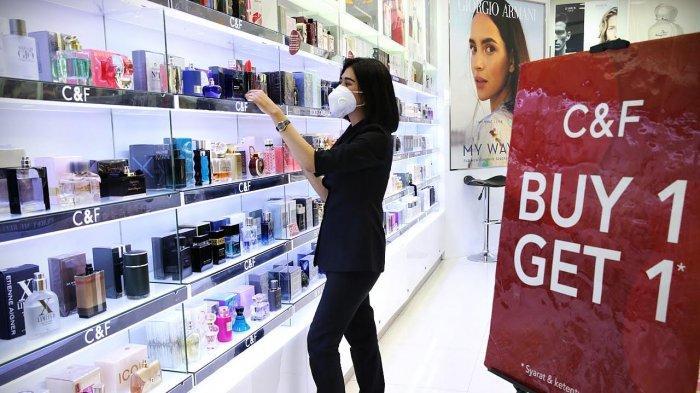 Staf memperlihatkan sejumlah promo parfum di Tenant C&F Perfumery, Trans Studio Mall (TSM) Makassar, Rabu (2842021). C&F Perfumery menghadirkan Ramadan Surprise Sale Buy 1 Get 1 serta diskon hingga 50% untuk berbagai produk favorite seperti skincare, body care juga fragrance. Diskon masih akan berlangsung hingga 30 April 2021. tribun timurmuhammad abdiwan
