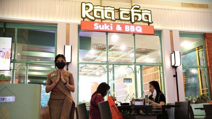 Staf menyambut pengunjung di tenant Raa Cha Suki & BBQ Trans Studio Mall Makassar, Rabu (2652021). Tenant yang mengusung konsep Thai Resto ini menyajikan menu rebusan dan bakaran menghadirkan promo opening cash back up to Rp75.000. tribun timurmuhammad abdiwan