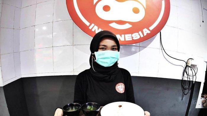 Staf menyapa para pengunjung Sei Sapiku usai grand opening di jalan Gunung Bawakaraeng Makassar, beberapa hari lalu. Sei merupakan olahan daging sapi yang diasap menggunakan rempah-rempah spesial makanan khas Kupang, Nusa Tenggara Barat (NTB). tribun timurmuhammad abdiwan