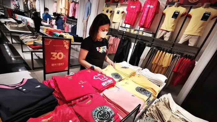 Staf merapihkan displai aneka t-shirt di Giordano Trans Studio Mall Makassar, Senin (1522021). Giordano mengeluarkan seri terbaru menyambut datangnya Tahun Kerbau Logam. Nikmati koleksi [OX! OX! Collection] Strong Start, Great Future. Beli 2 produk atau lebih diskon 30% selama persediaan masih ada (while stocks last).
