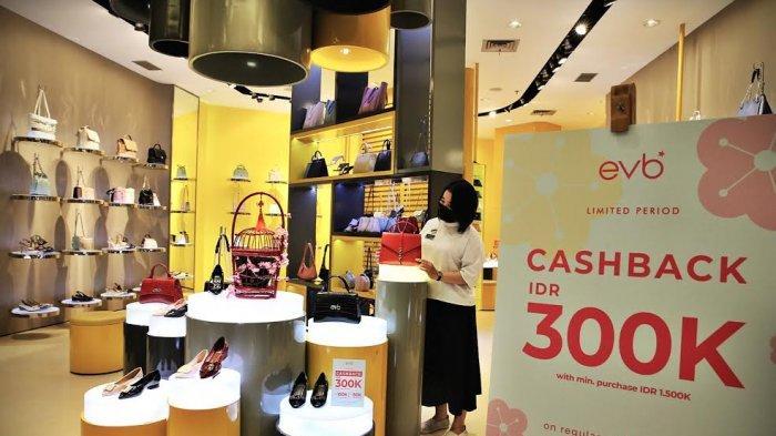 Staf merapikan produk display di tenant evb, Trans Studio Mall Makassar, Selasa (222021). Tenant yang menjual produk sepatu dan tas wanita ini tengah memberikan promo cash back hingga Rp300.000 untuk pembelian senilai Rp1.500.000. Promo ini masih akan berlangsung sampai dengan 11 Februari mendatang. tribun timurmuhammad abdiwan