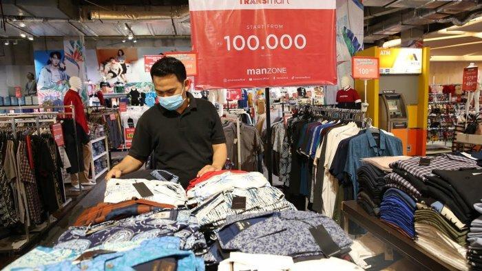 Staf merapikan produk Manzone Bazaar di Lower Ground, Trans Studio Mall Makassar, Rabu (1732021). Ada promo Crazy Price untuk produk pakaian batik pria seharga hanya Rp 100 ribu berlaku untuk baju batik pria lengan pendek dan lengan panjang. Promo masih akan berlangsung hingga 31 Maret 2021. tribun timurmuhammad abdiwan