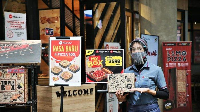 Staf Pizza Hut memperlihatkan menu My Box Seharga Rp 35 ribu di Nipah Mal, Minggu (13/6/2021). My Box merupakan menu terbaru pizza hut dengan 45 pilihan kombinasi pilihan menu. tribun timur/muhammad abdiwan