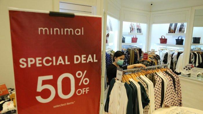 Staf sedang merapikan produk fashion wanita di tenant Minimal, Trans Studio Mall Makassar Jumat (1092021). Brand yang menawarkan pakaian dengan gaya yang kasual dan formal ini menggelar Special Deal 50% (on selected items) berlaku disepanjang bulan September 2021. Tribun timur muhammad abdiwan