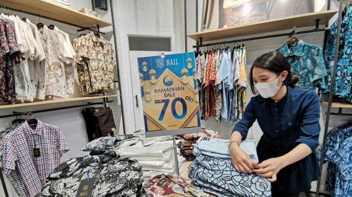 Beli 1 Gratis 1 Hingga Diskon 70% Baju Batik Pria di Mal Ratu Indah