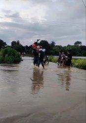 Lebaran, Banjir, Warga di Sibulue Bone Pikul Motor