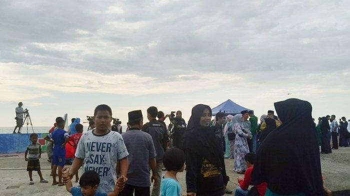 Pantauan Hilal Pertama Kali Dipusatkan di Barru, Warga Sumpang Binangae Padati Pantai