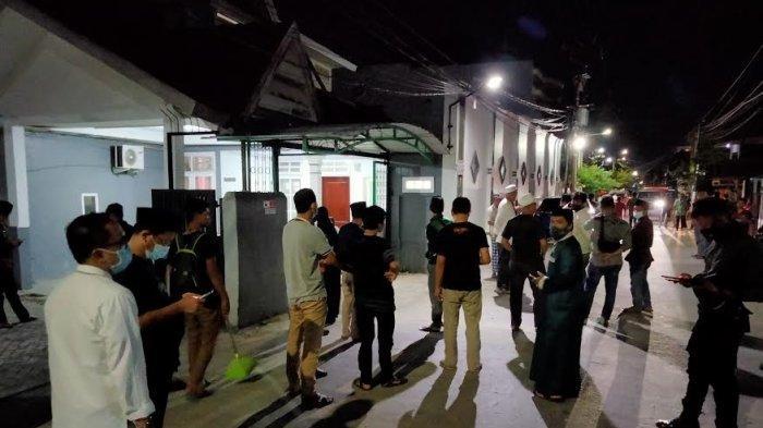 FOTO; Suasana Rumah Duka AGH Sanusi Baco di Jl Kelapa III Makassar - suasana-duka-menyelimuti-kediaman-ketua-majelis-ulama-indonesia-mui-sulsel-agh-sanusi-baco.jpg