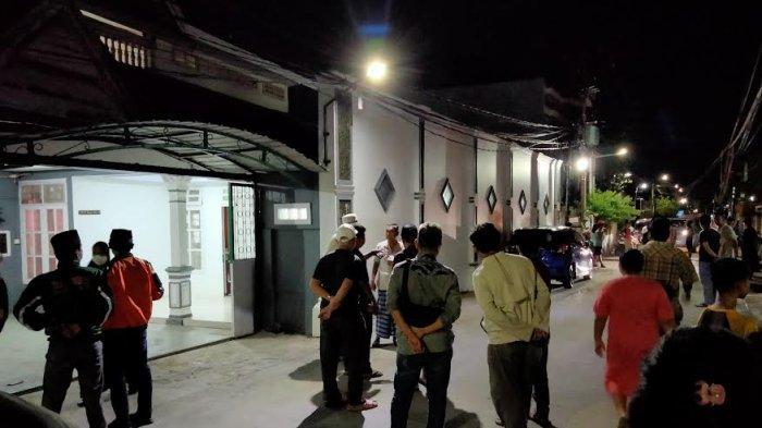 FOTO; Suasana Rumah Duka AGH Sanusi Baco di Jl Kelapa III Makassar - suasana-duka-menyelimuti-kediaman-ketua-mui-sulsel-agh-sanusi-baco-1.jpg