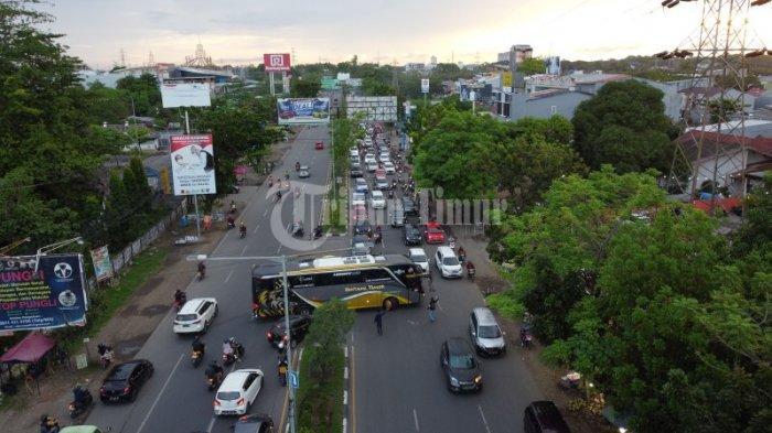 FOTO DRONE: Kendaraan Terjebak Macet di Jalan Perintis Kemerdekaan - suasana-jl-perintis-kemerdekaan-yang-macet-akibat-pak-ogah-1.jpg