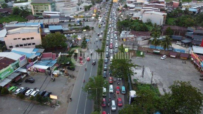 FOTO DRONE: Kendaraan Terjebak Macet di Jalan Perintis Kemerdekaan - suasana-jl-perintis-kemerdekaan-yang-macet-akibat-pak-ogah-2.jpg