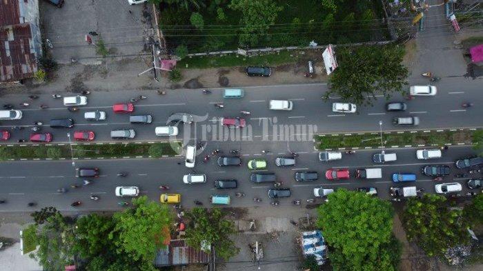 FOTO DRONE: Kendaraan Terjebak Macet di Jalan Perintis Kemerdekaan - suasana-jl-perintis-kemerdekaan-yang-macet-akibat-pak-ogah-3.jpg