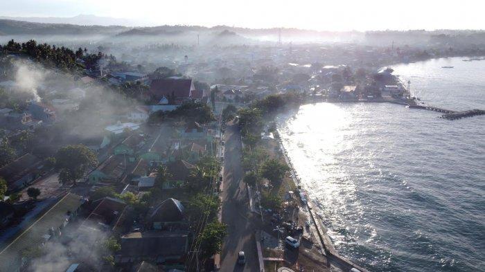 Suasana kabut pagi yang menyelimuti kabupaten Majene terekam menggunakan kamera drone, di Jl Ammana Wewang, Kab Majene, Sulbar, Sabtu (7/8/2021).   Kabupaten Majene merupakan salah satu dari 6 kabupaten dalam wilayah Propinsi Sulawesi Barat yang terletak di pesisir pantai barat Propinsi Sulawesi Barat memanjang dari Selatan ke Utara.  Kabupaten Mejene terdiri atas 8 kecamatan dan 82 desa/kelurahan yang memiliki luas wilayah 947,84 km² dan berpenduduk sebanyak 173.844 jiwa (2020). TRIBUN TIMUR/SANOVRA JR