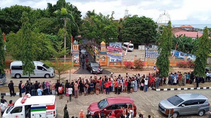 Jokowi Lempar Kaos dari dalam Mobil, Warga Wajo Berebut