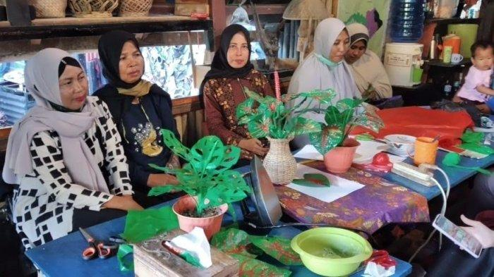 Warga Rammang-Rammang Ubah Kantong Plastik Jadi Bunga Hias