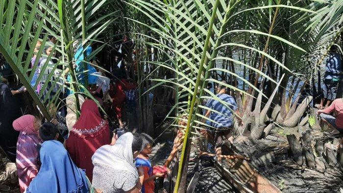 Suasana lokasi kabar anak tenggelam dipadati warga Kelurahan Pampang, Makassar, Rabu (16/9/2020) siang.