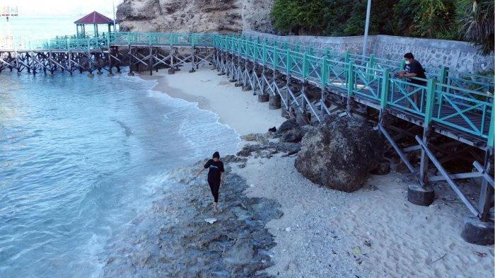 Suasana objek wisata Alam Pantai Dato terekam menggunakan kamera drone, di Lingkungan Pangale, Kelurahan Baurung, kecamatan Banggae Timur. Kab Majene, Sulbar, Sabtu (7/8/2021). Pantai Dato merupakan salah satu destinasi wisata yang sangat digemari oleh masyarakat di Majene, Sulawesi barat.