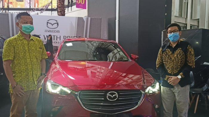 Suasana peluncuran New Mazda CX-3 Sport 1.5 L oleh Branch Manager Mazda Kumala Makassar, Ahmad Siraj (kanan) di pameran display Atrium Mall Ratu Indah (MaRI), Selasa (30/3/2021).