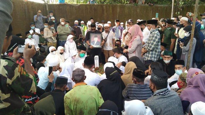 Ribuan Pelayat Antar Jenazah AGH Sanusi Baco ke Pemakaman Desa Talawe Maros