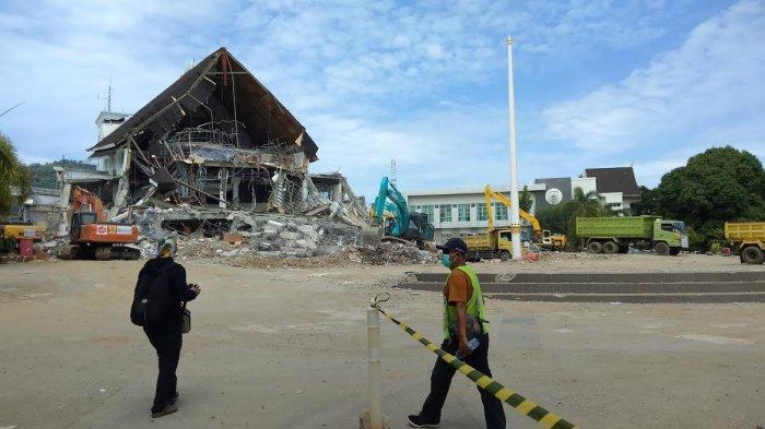 10 Alat Berat Dikerahkan Bersihkan Reruntuhan Kantor Gubernur Sulbar