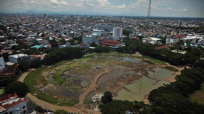 Suasana progres proyek revitalisasi di Stadion Mattoanging Makassar, Jumat (532021). Pemkot meminta analisis mengenai dampak lingkungan (amdal) lalu lintas (lalin) proyek pembangunan Stadion Andi Mattalatta di kawasan Mattoanging dikaji ulang. tribun timurmuhammad abdiwan