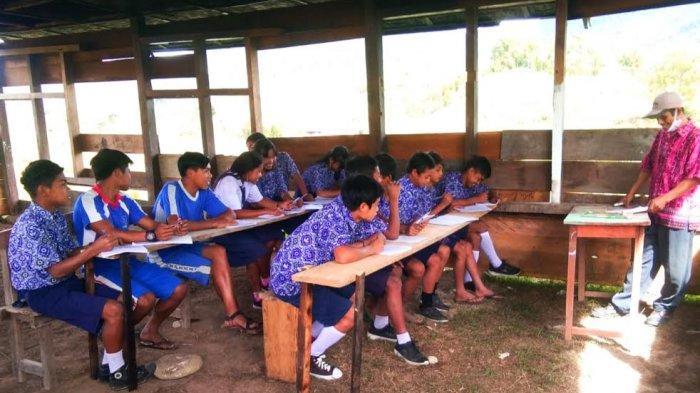 Miris, Siswa SMP Kelas Jauh Parodo Torut Belajar di Bangunan Bekas Beralaskan Tanah & Atap Bocor