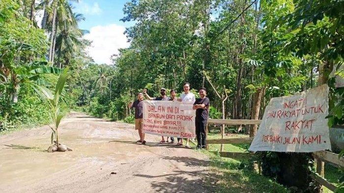 Protes Jalanannya Tak Pernah Diperbaiki, Warga Desa Buareng Bone; Hujan Berkubang & Kemarau Berdebu
