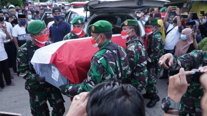 Detik-detik Istri Praka Dirmansyah Histeris, Melihat Jenazah 'Sang Komando' itu Dibawa ke Pemakaman