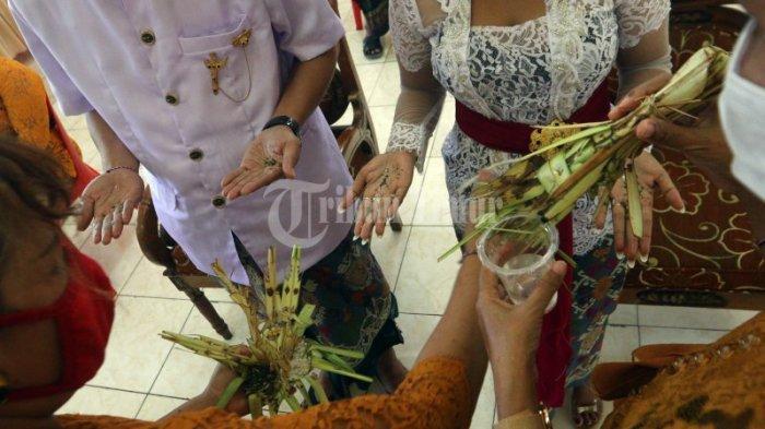 FOTO: Pernikahan Adat Bali dengan Protokol Kesehatan di Pura Giri Natha - suasana-upacara-pernikahan-dengan-adat-bali-yang-berlangsung-di-pura-giri-natha-2.jpg