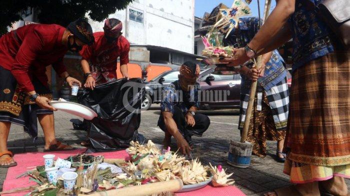 FOTO: Pernikahan Adat Bali dengan Protokol Kesehatan di Pura Giri Natha - suasana-upacara-pernikahan-dengan-adat-bali-yang-berlangsung-di-pura-giri-natha-3.jpg