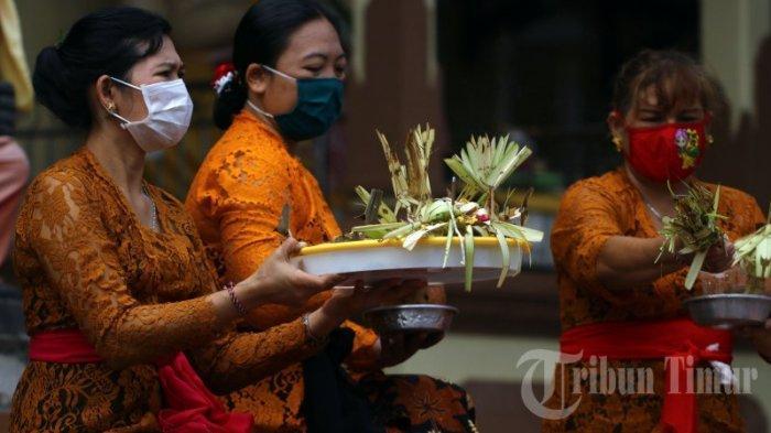 FOTO: Pernikahan Adat Bali dengan Protokol Kesehatan di Pura Giri Natha - suasana-upacara-pernikahan-dengan-adat-bali-yang-berlangsung-di-pura-giri-natha-4.jpg