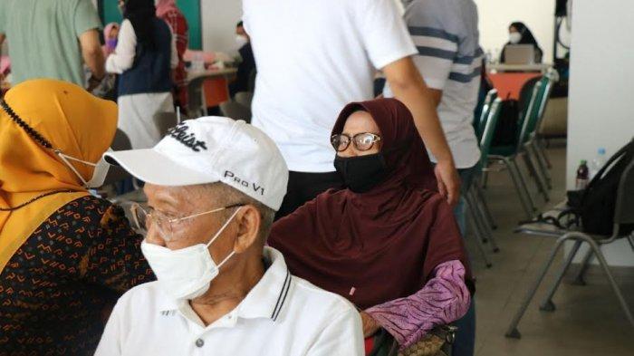 Calon Jamaah Umrah Ikut Vaksin Covid-19 di Asrama Haji Sudiang