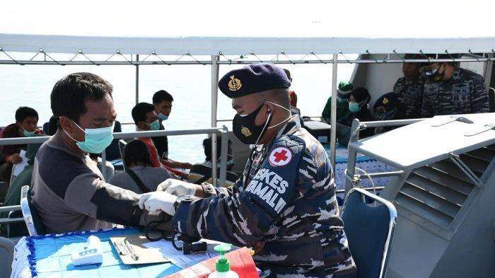 FOTO; Lantamal VI Gunakan Kapal Perang Gelar Vaksin - suasana-vaksinasi-covid-19-digelar-lantamal-vi-di-atas-kapal-perang-di-perairan-makassar-4.jpg