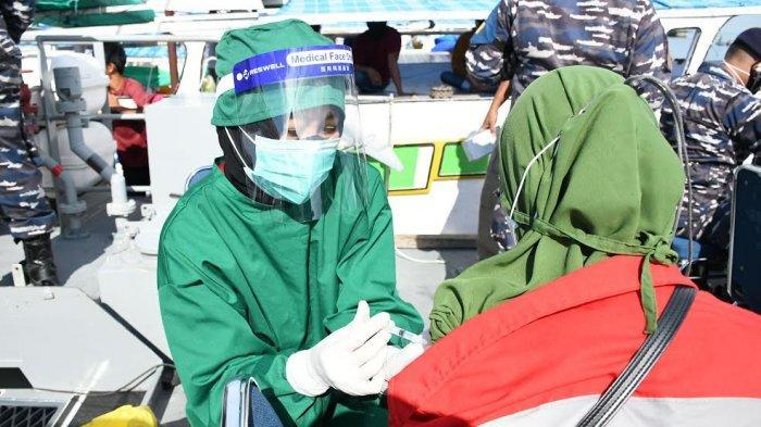 FOTO; Lantamal VI Gunakan Kapal Perang Gelar Vaksin - suasana-vaksinasi-covid-19-digelar-lantamal-vi-di-atas-kapal-perang-di-perairan-makassar-5.jpg