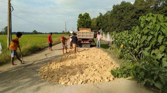Diaspal Saat Amin Syam Gubernur, Warga Desa Parippung Gotong Royong Perbaiki Jalan Rusak
