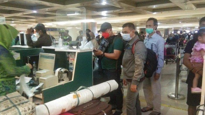 Penumpang Bandara Hasanuddin Meluber Hingga ke Taman, Garuda Tambah Penerbangan