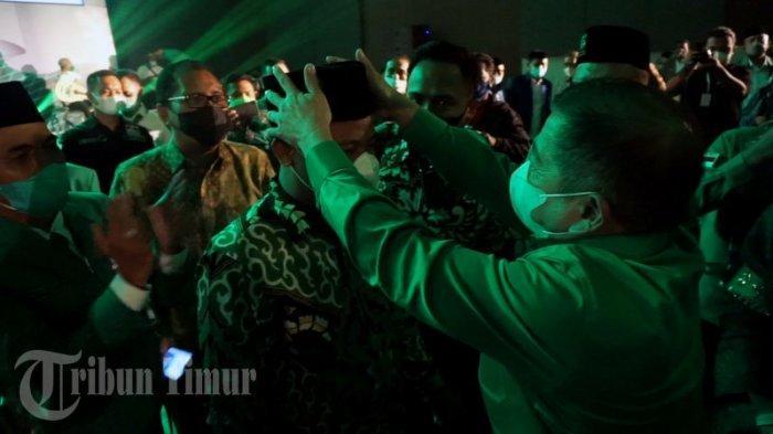 FOTO: Ketua Umum PPP Berikan Peci Berlogo Partai ke Plt Gubernur Sulsel - suharso-monoarfa-memberikan-peci-kepada-plt-gubernur-sulsel-andi-sudirman-sulaiman-1.jpg