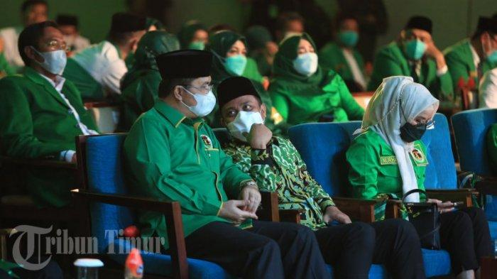 FOTO: Ketua Umum PPP Berikan Peci Berlogo Partai ke Plt Gubernur Sulsel - suharso-monoarfa-memberikan-peci-kepada-plt-gubernur-sulsel-andi-sudirman-sulaiman-3.jpg