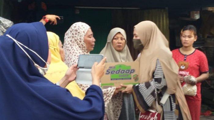 Peduli, Suhartina Bohari Beri Bantuan kepada Korban Kebakaran di Jalan Taufik Maros