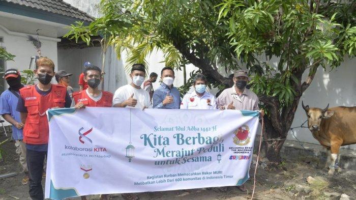 Anggota Super Friends Makassar, Komunitas yang terdiri dari The Macz Man, Red Gank, dan Laskar Ayam Jantan (LAJ) foto bersama belum lama ini.