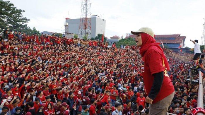 Kelompok suporter PSM, The Macz Man, tergabung dalam Super Soccer di Makassar saat memberikan semangat kepada para pemain PSM Makassar belum lama ini di Makassar