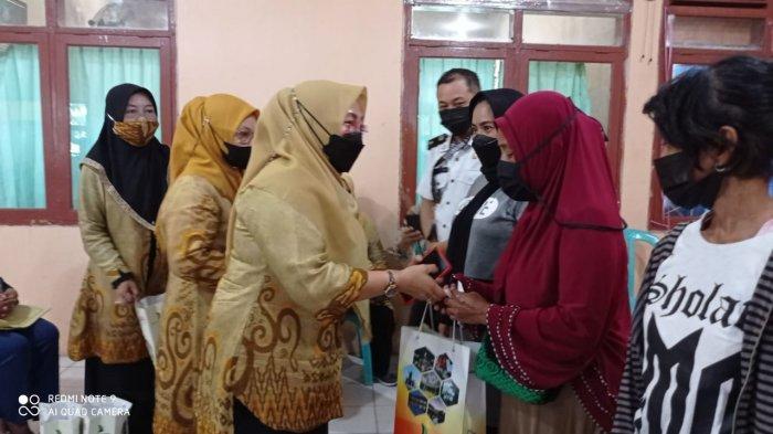 Dekranasda Parepare Berbagi Ratusan Paket Sembako Kepada Pengrajin Binaan