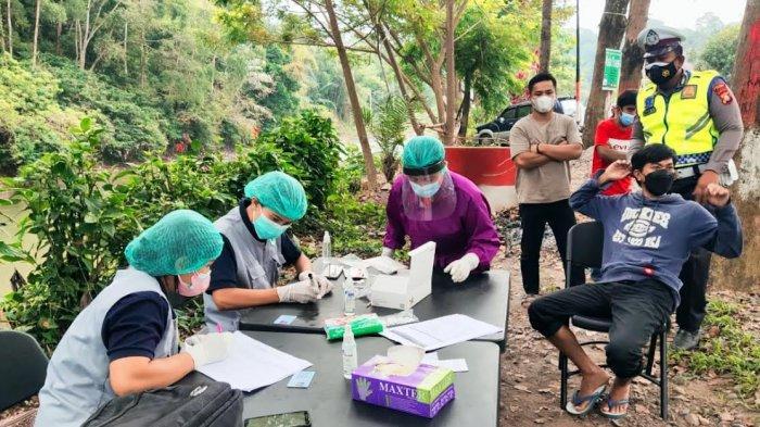 Jalani Swab di Pos PPKM Level 4 Tana Toraja, Dua Pengendara Reaktif Covid-19